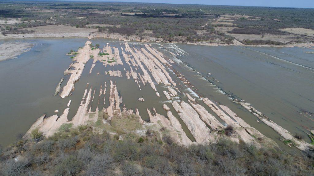 Fig. 1 Afloramiento del sustrato geológico transversales al Río Dulce